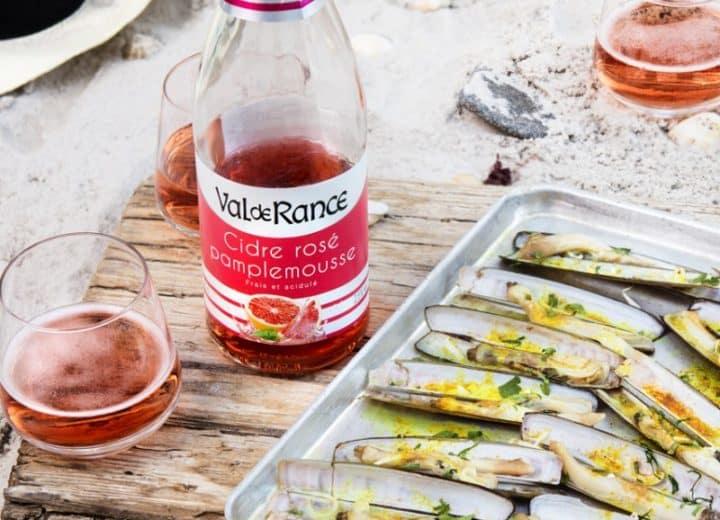 Couteaux grillés aux herbes et au curcuma et cidre rosé pamplemousse